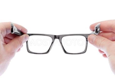 В Саратове создали очки для лечения близорукости через смартфон